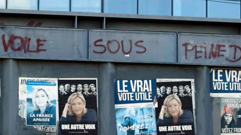 Varios carteles de Marine Le Pen