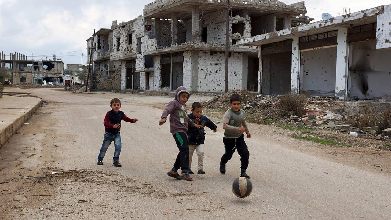 Varios niños juegan en la ciudad siria de Bosra