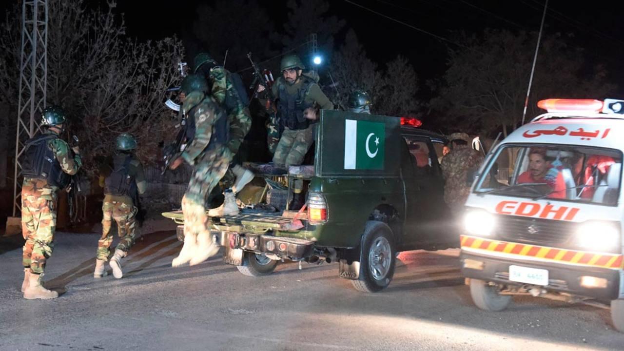 Varios soldados paquistaníes llegan al lugar del atentado