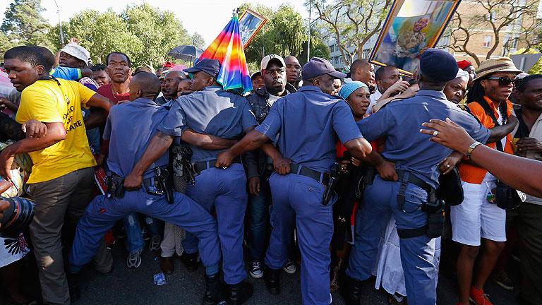 El velatorio de Mandela acaba sin que miles de personas puedan despedirle