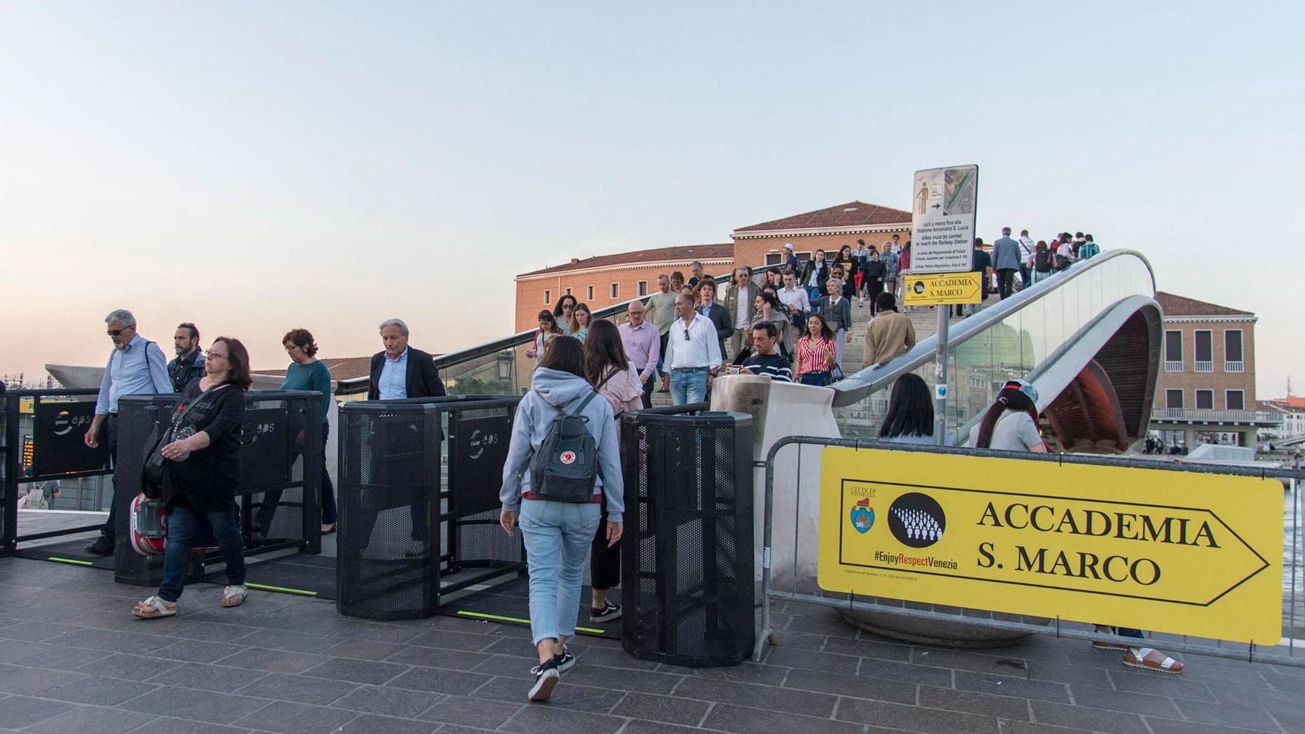Venecia coloca barreras de entrada en sus calles para regular el número de turistas