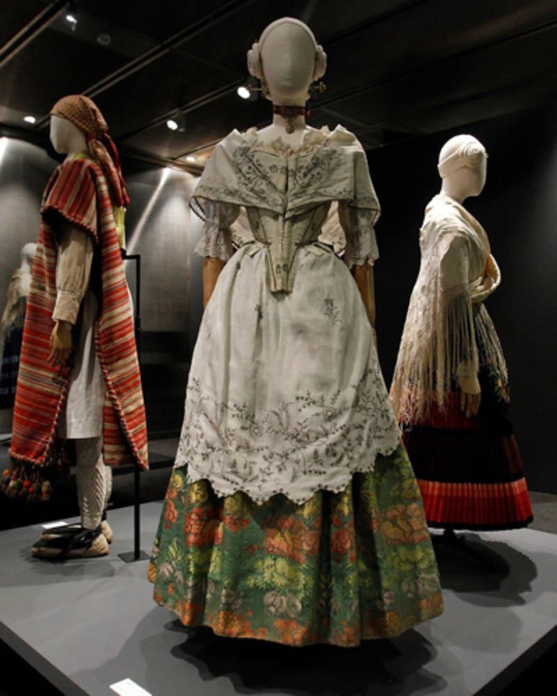 El Museo del Traje se viste de rosa en su nueva exposición La vie en rose pictures