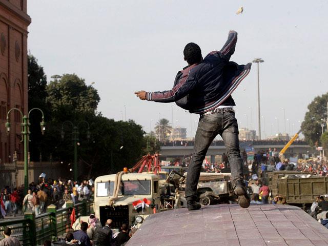 Violentos enfrentamientos en El Cairo entre partidarios y detractores de Mubarak