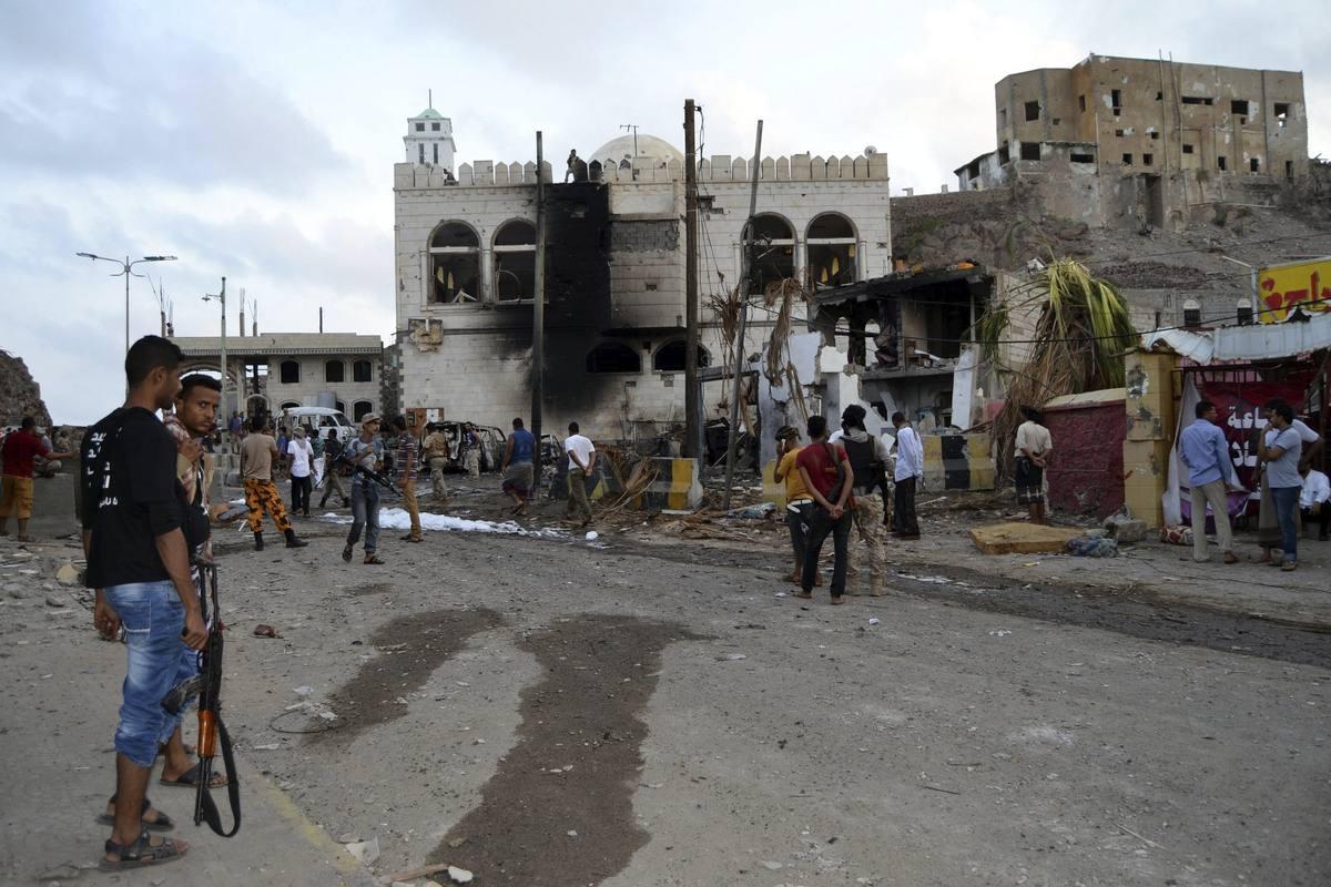 Vista de los destrozos ocasionados tras la explosión del coche bomba ante el palacio presidencial de Adén, en Yemen