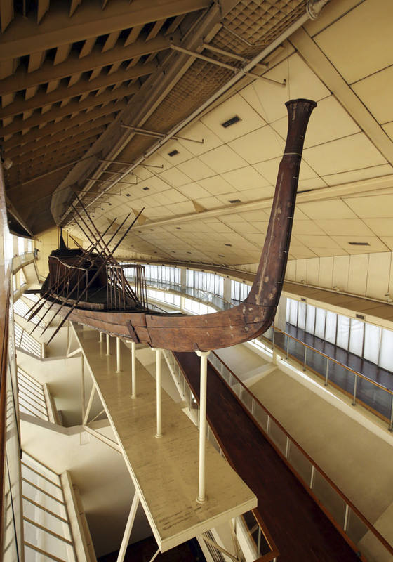 Vista frontal de la barca funeraria de Keops o barca solar en museo especial de la cara norte de la gran pirámide de Keops en Guiza, Egipto