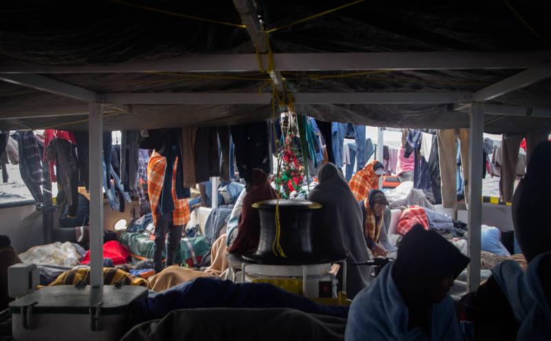 La cubierta del OPEN ARMS como refugio de 134 personas que flotaban a la deriva