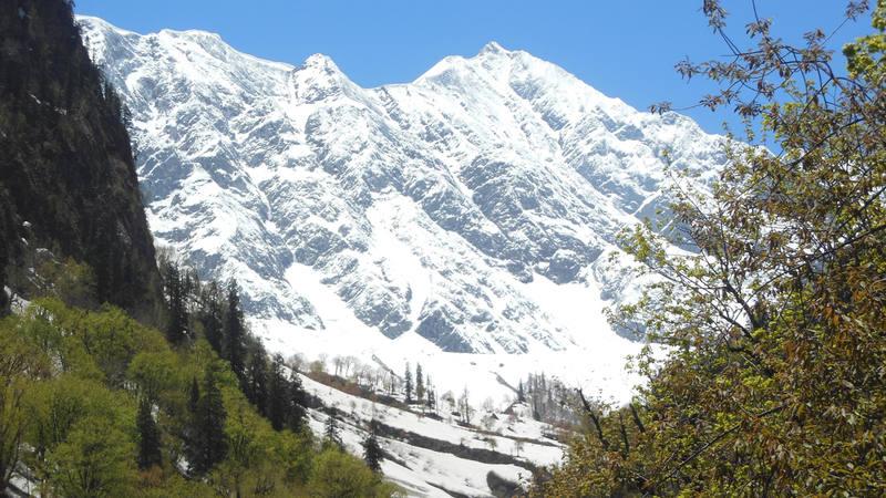 Vista general de zonas de aludes en el Himalaya Indio (Dhundi, Himachal Pradesh).