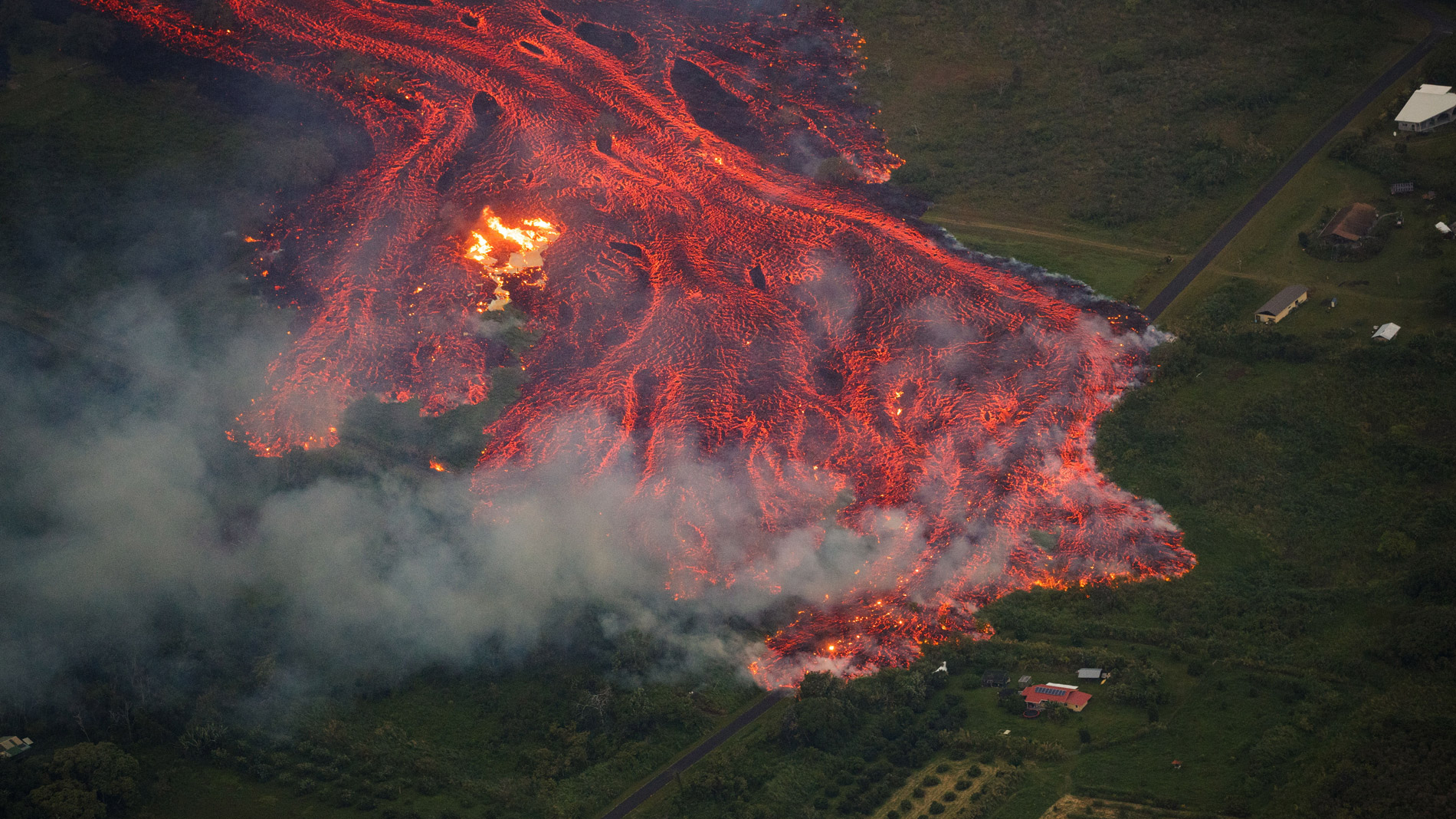 El volcán Kilauea en Hawái sigue lanzando ríos de lava, nubes de ceniza y gases tóxicos