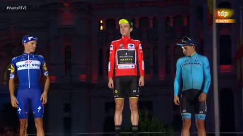 Vuelta 2018 | Simon Yates sube al podio de Madrid escoltado por Enric Mas y Miguel Ángel López