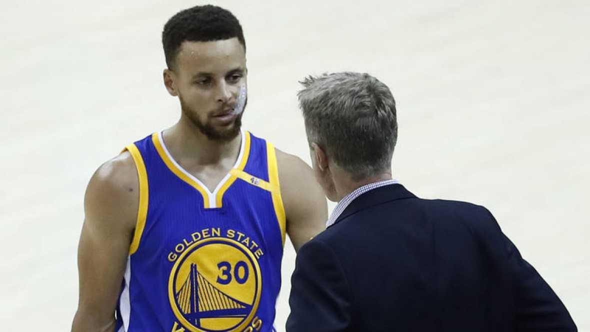 Los Warriors ganan con los jugadores haciendo también de entrenadores