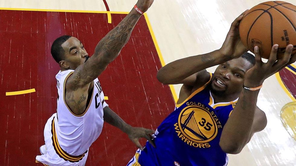 Los Warriors ya rozan el título tras un partido vibrante en Cleveland