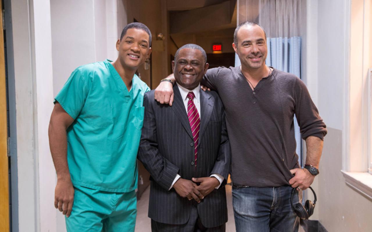 Will Smith y el director Pete Landesman con el auténtico Dr. Bennet Omalu