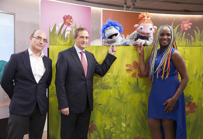 Yago Fandiño, Eladio Jareño y Lucrecia en la presentación junto a los Lunnis