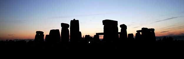 Vista de Stonehenge durante la puesta de sol. Miles de personas peregrinan al monumento prehistórico para ver el atardecer durante el solsticio de verano.