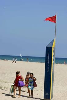 Vista de la playa de Castelldefels, donde se izó la bandera roja, que prohíbe el baño, debido a la aparición de una mancha blanca, de origen y naturaleza desconocidos, flotando en el mar.