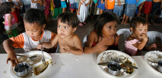 Niños hambrientos en Manila
