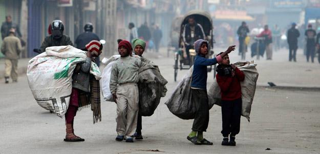 Niños cargando sacos de plástico en Katmandú