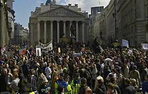Ver vídeo  'Miles de personas se manifiestan en el centro financiero de Londres'