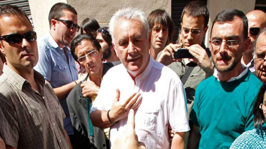 Cayo Lara, increpado por los 'indignados' en un desahucio