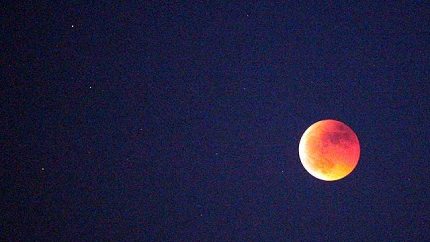 El eclipse lunar más largo desde el año 2000 tiñe la luna de rojo