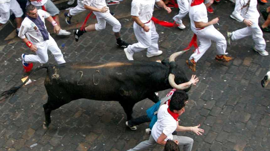 'Navajito' protagoniza un rapidísimo y muy peligroso segundo encierro de San Fermín 2012, de Miura