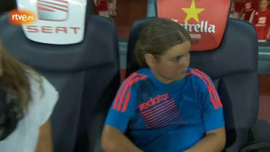 Claudia, ganadora del concurso de RTVE.es, entrega el balón de la Supercopa 2012