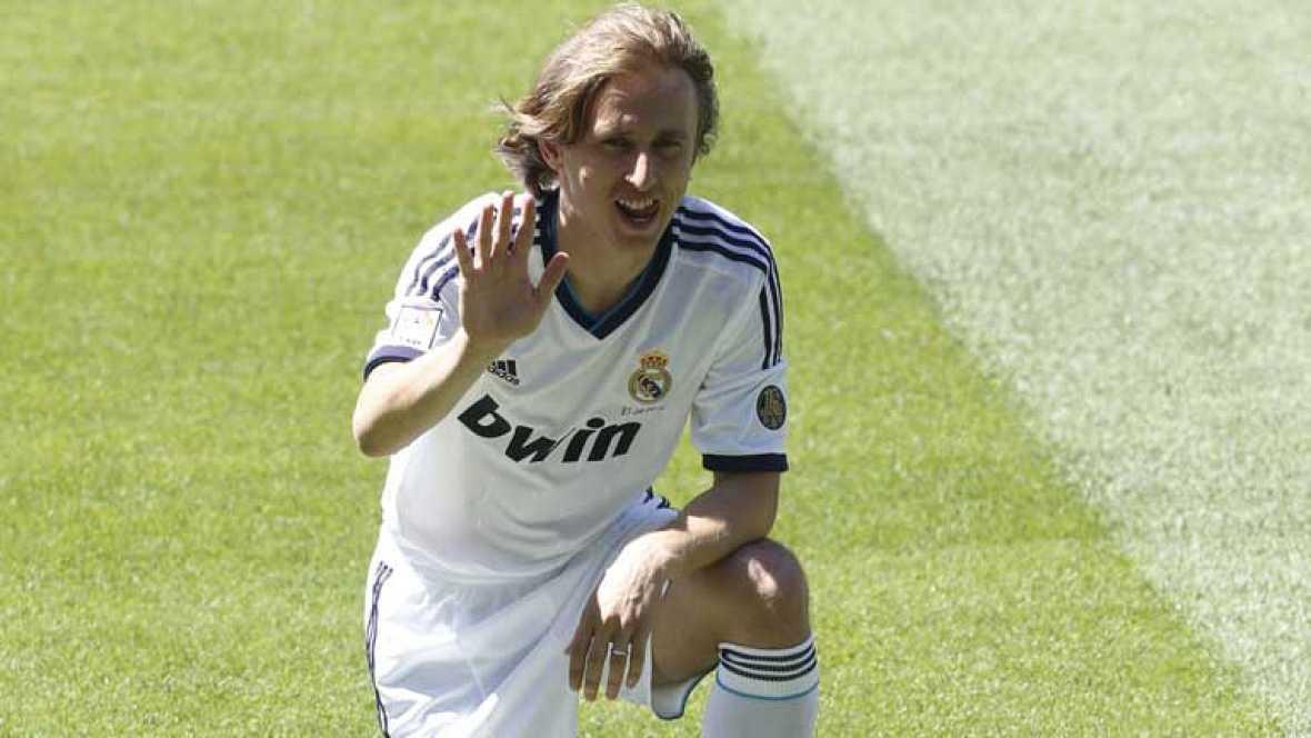 El Real Madrid ya tiene su primer fichaje de la temporada, el croata Luka Modric. A punto de cumplir 27 años es uno de los mediocentros ofensivos con más talento de Europa y líder de su selección. Viene a echar una mano en la creación. Ha sido presen