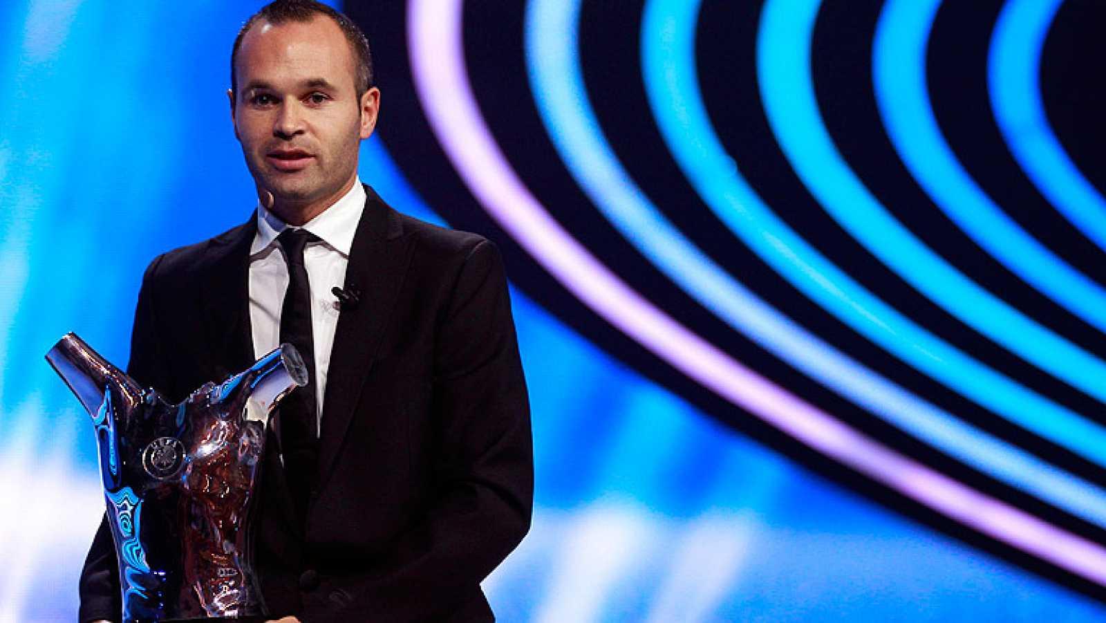 Para todos los públicos El jugador del Barcelona Andres Iniesta ha sido  elegido el mejor jugador de Europa en la reproducir video e255f8ba76637