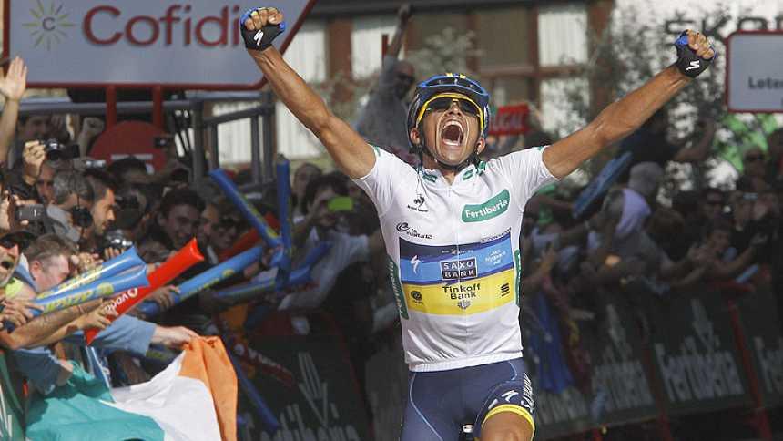 Contador da un golpe a la Vuelta y se viste de rojo
