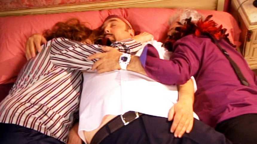 Stamos okupa2 - Tres juntos en la cama