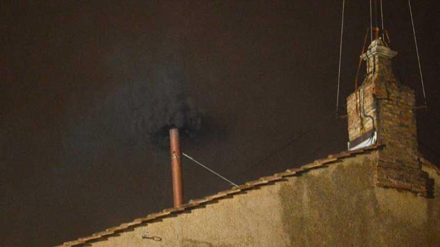 Humo negro en la primera fumata del cónclave