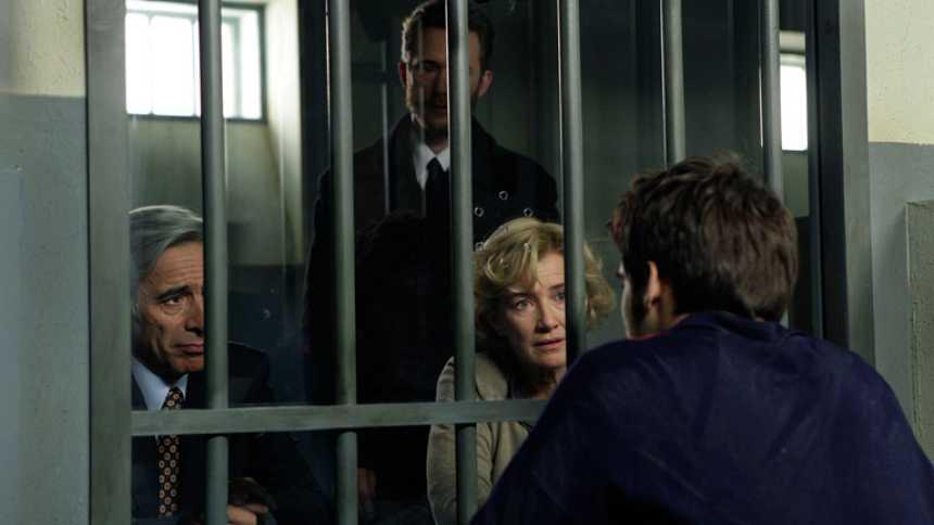 Cuéntame cómo pasó - Visita a Carlos en la cárcel (Capítulo 251)