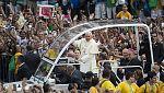 El Papa se acerca al pueblo a su llegada a Brasil
