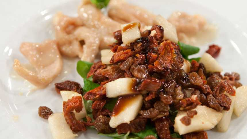 Saber cocinar -  Pechugas de pollo con ensalada de tomates secos y pera