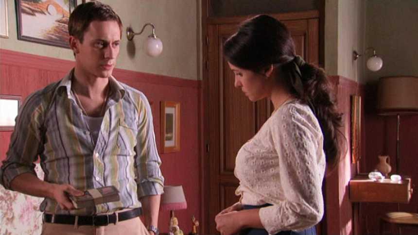 Gran Reserva. El origen - Ángel descubre el dinero que le dio Rosalía a Carolina para que abandonara Lasiesta (Capítulo 68)