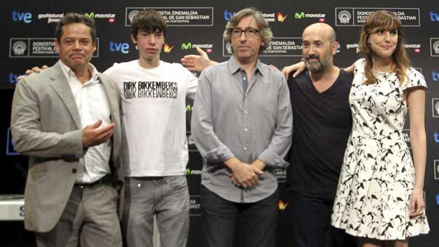 David Trueba con un aire muy Lennon y su equipo, en San Sebastián