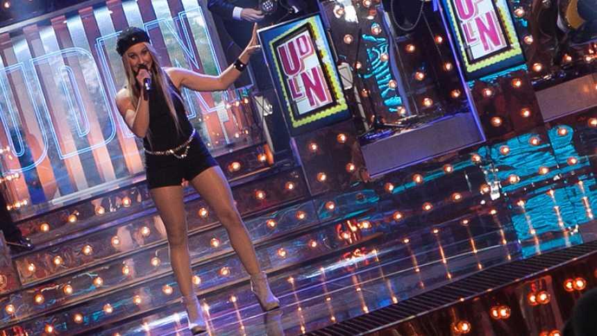 """Uno de Los Nuestros - Jennifer Rubio canta """"El mundo"""""""