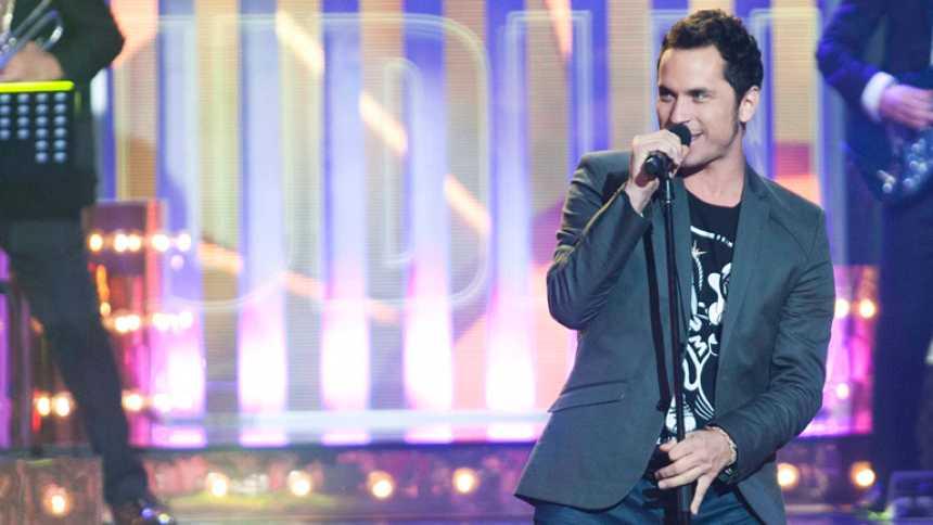 """Uno de Los Nuestros - Jose Montoro canta """"La casa por el tejado"""""""