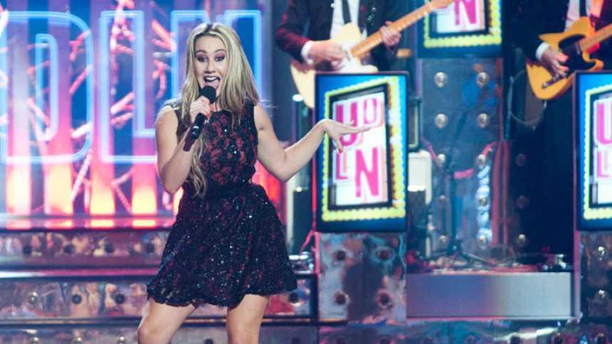 """Uno de Los Nuestros - Jennifer Rubio canta """"Let's swing again"""""""