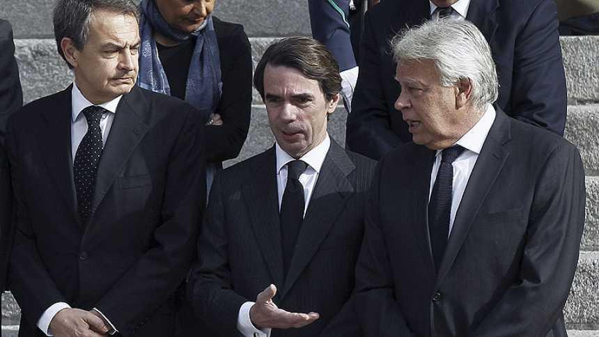 Los expresidentes del Gobierno González, Aznar y Zapatero visitan la capilla ardiente