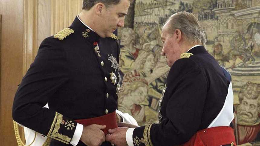 Don Juan Carlos impone el fajín de capitán general al rey Felipe VI