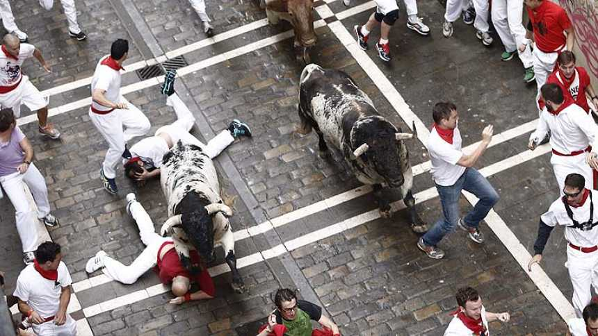 Emocionante y peligroso primer encierro de sanfermines 2014 con toros de Torrestrella