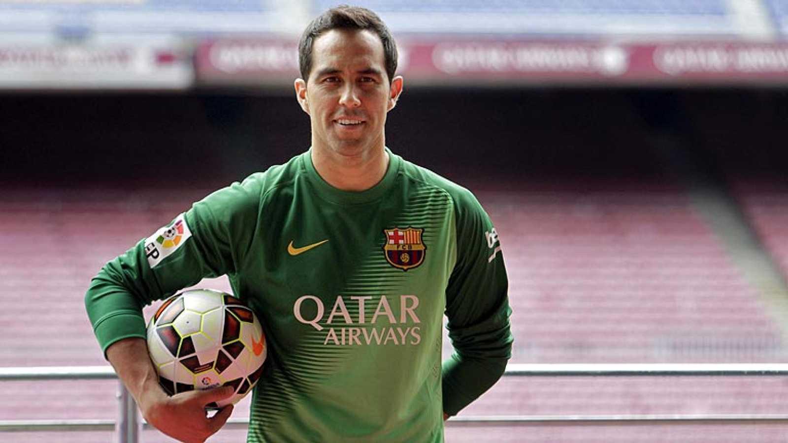 Para todos los públicos El portero Claudio Bravo firma con el Barça  reproducir video 2af782bae7e