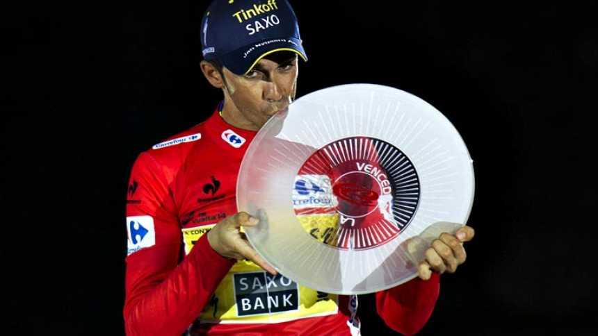 Contador acompañado en el podio por Froome y Valverde