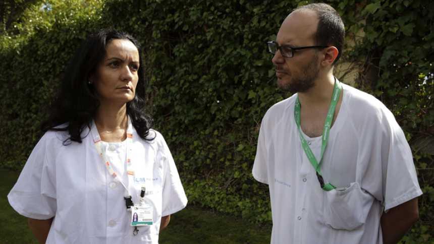 La auxiliar de enfermería Teresa Romero pudo contagiarse al rozarse la cara con un guante