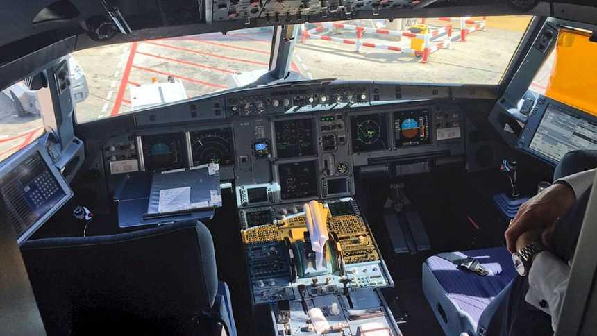 La UE estudiará recomendar la presencia de dos personas en la cabina de avión
