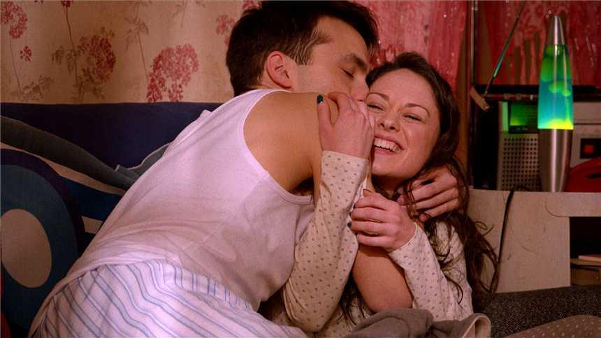 Cuéntame cómo pasó - Carlos y Karina, besos por la mañana
