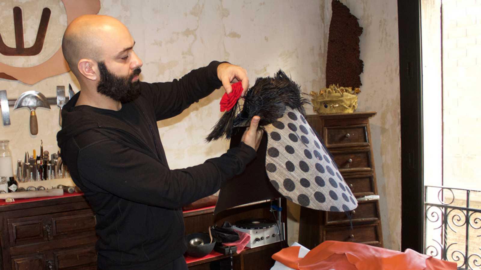 El diseñador Assaad Awad habla sobre la exposición que ha hecho junto al  Museo del Traje reproducir video 2257800f3e8