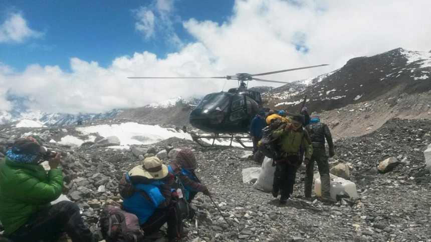 Los equipos de emergencias evacúan de dos en dos a los montañeros atrapados en el Everest