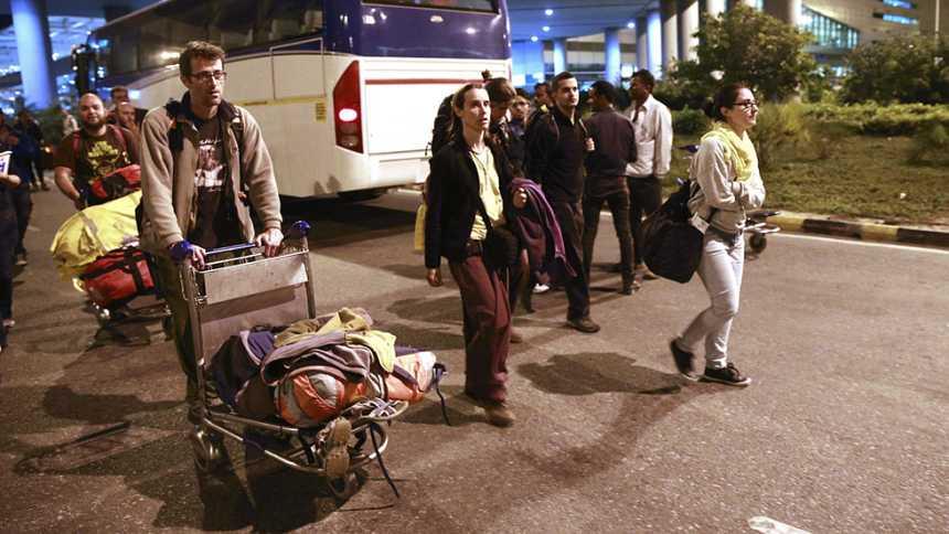 Más de un centenar de españoles evacuados de Nepal espera en India para salir hacia España